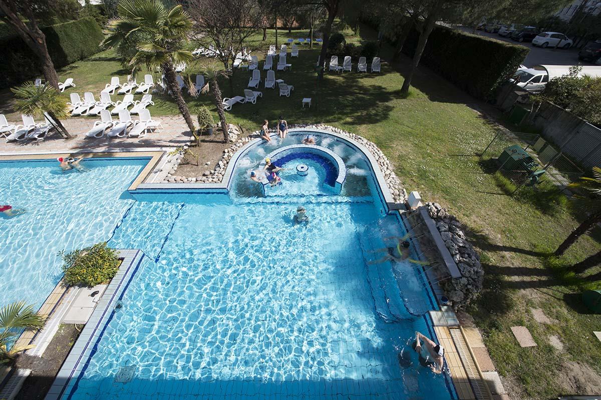 piscina-esterna-4-hotel-terme-milano-abano